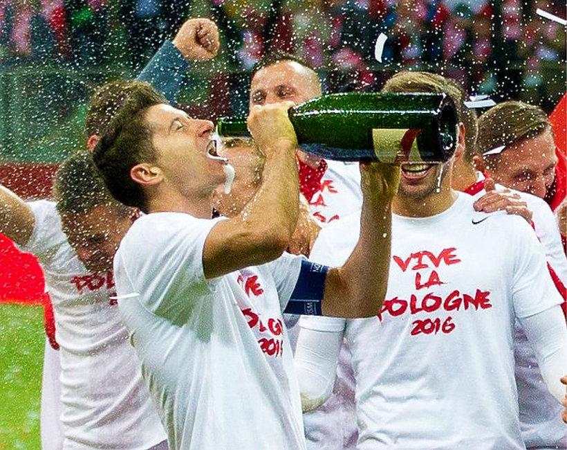 Piłkarze piją alkohol