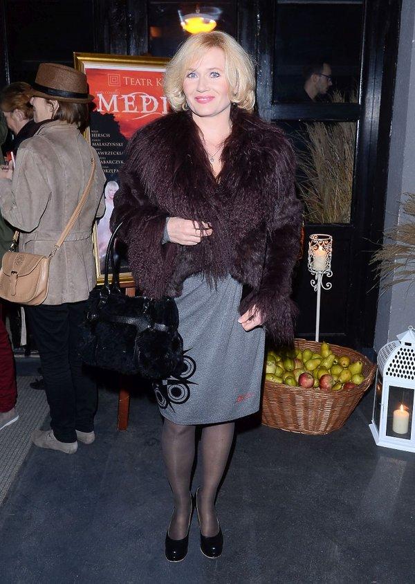 Lucyna Malec w szarej sukience na premierze spektaklu Medium w Teatrze Kwadrat