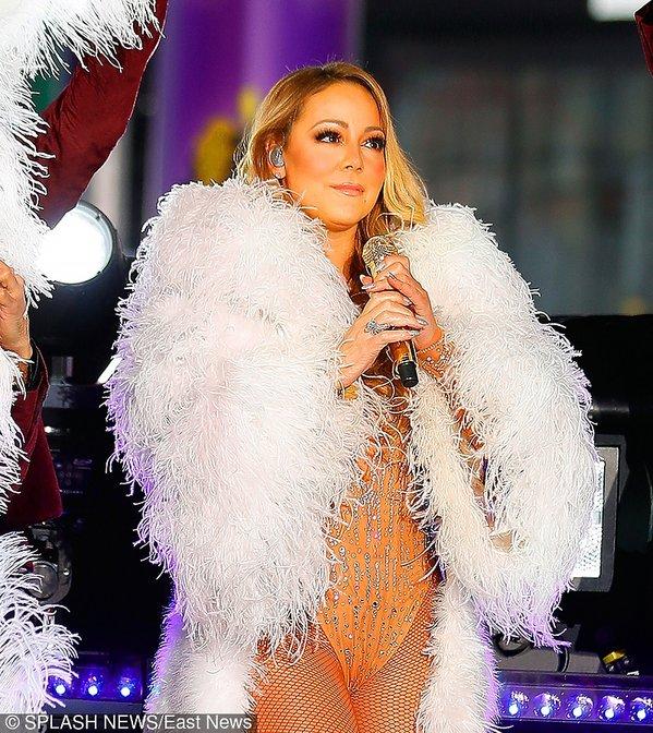 Mariah Carey w białych piórach