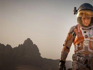 Matt Damon w kombinezonie kosmonauty na powierzchni planety Mars