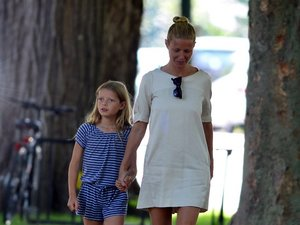 Gwyneth Paltrow z córką Apple na letnim spacerze w Hamptons