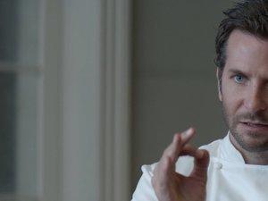 Bradley Cooper w białym fartuchu szefa kuchni