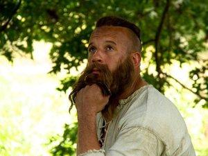 Vin Diesel z długą brodą w filmie Łowca czarownic