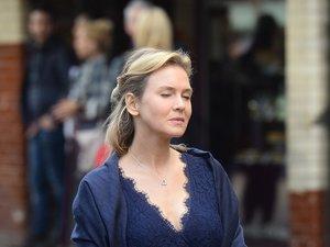 Renee Zellweger w granatowej sukience