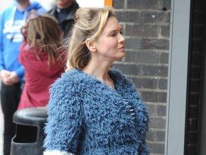 Renee Zellweger w niebieskim płaszczu