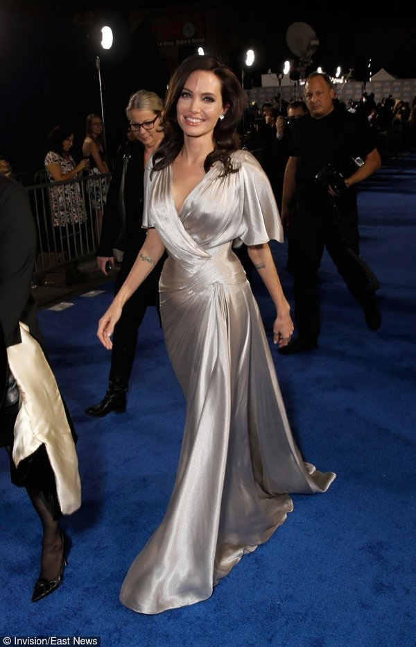 Angelina Jolie w długiej wieczorowej srebrnej sukience