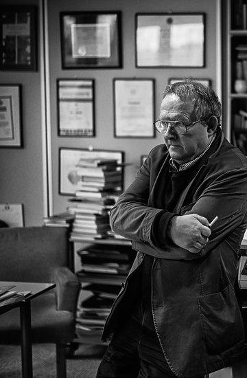Adam Michnik w swoim biurze