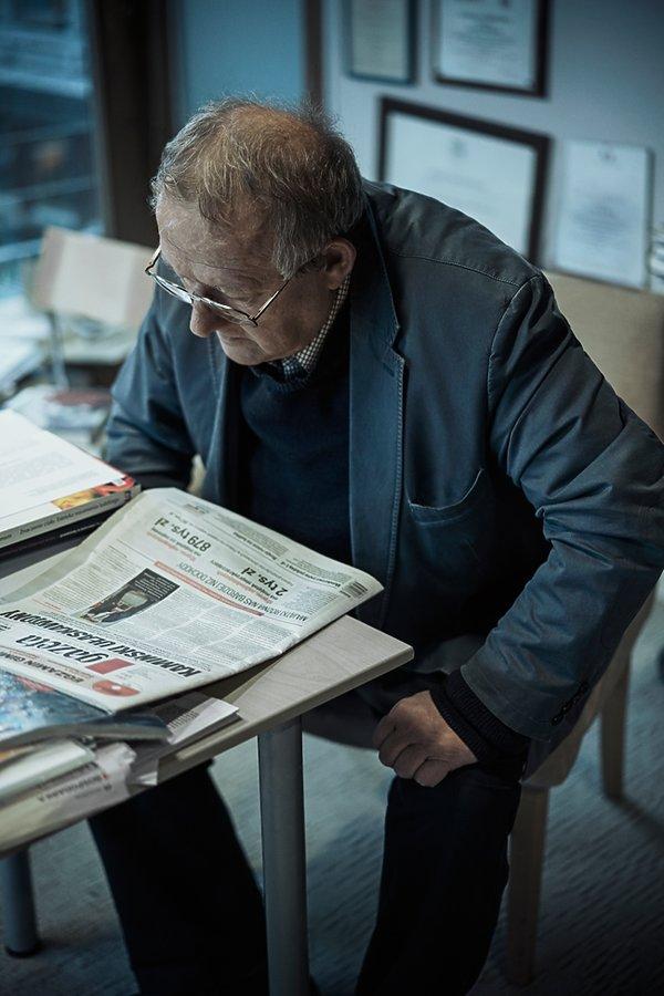 Adam Michnik czyta Gazetę Wyborczą