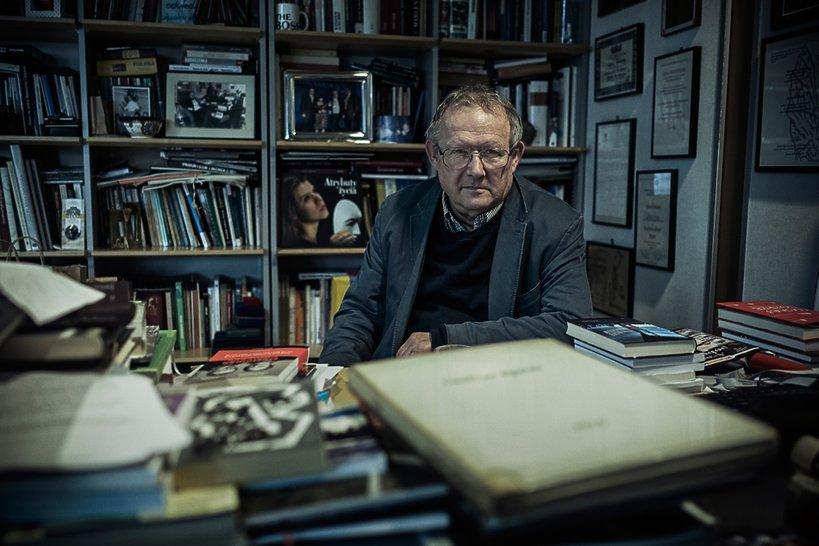Adam Michnik za biurkiem w siedzibie Agory