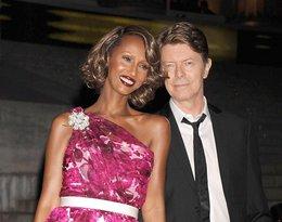 David Bowie i Iman trzymaja sie za rece