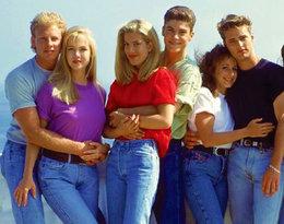 """Oglądaliście kultowy serial lat 90. """"Beverly Hills 90210""""? Zobaczcie, jak zmienili się jego aktorzy!"""