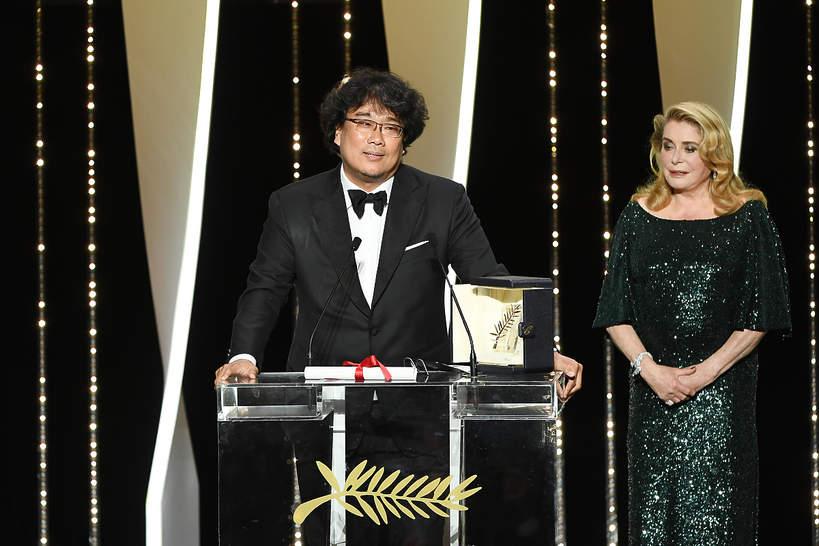 """Złotą Palmę otrzymał Bong Joon-Ho za film za film """"Parasite""""; odebrał nagrodę z rąk Catherine Deneuve"""