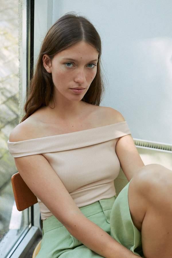 trendy-koszule-z-odkrytymi-ramionami-na-lato-2020-z-zara-hm-i-reserved-od-29-99-zl