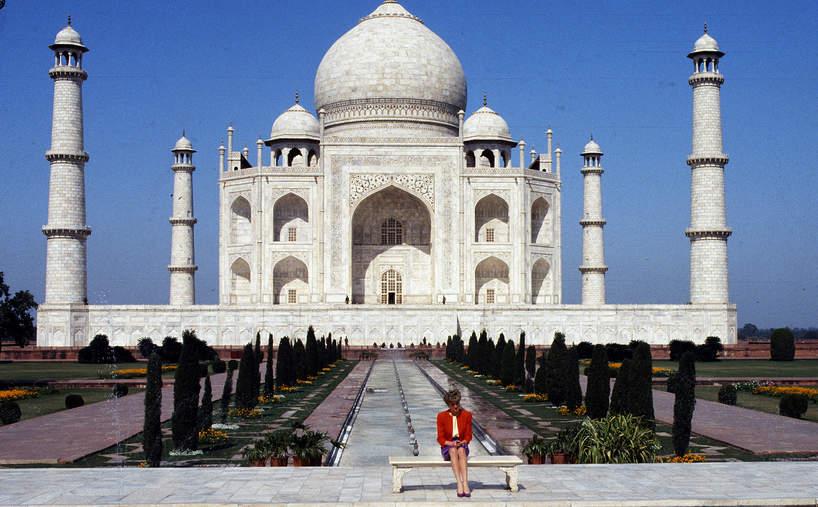 1992: smutna Diana pod Taj Mahal