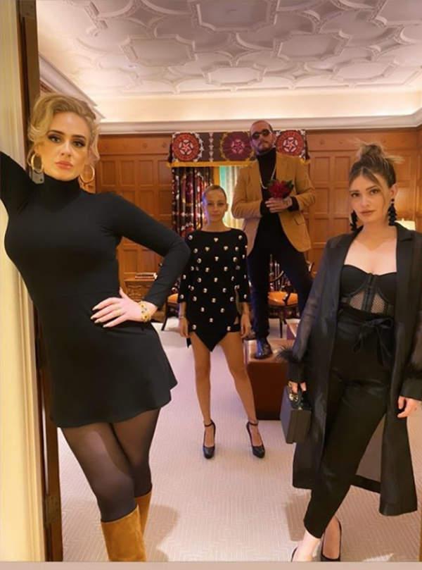 Adele-chuda-w-obcislej-czarnej-sukience