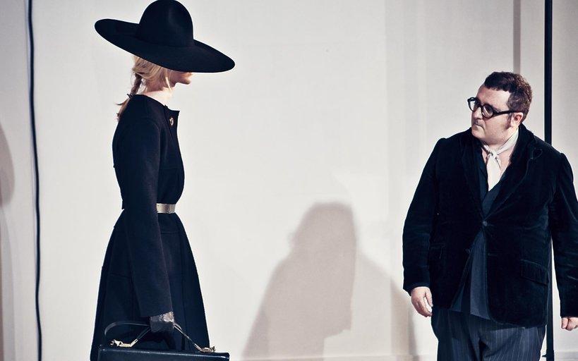 Alber Elbaz z modelką za kulisami pokazu Lanvin