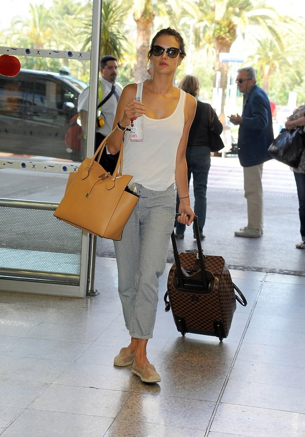 Alessandra Ambrosio z walizką na lotnisku
