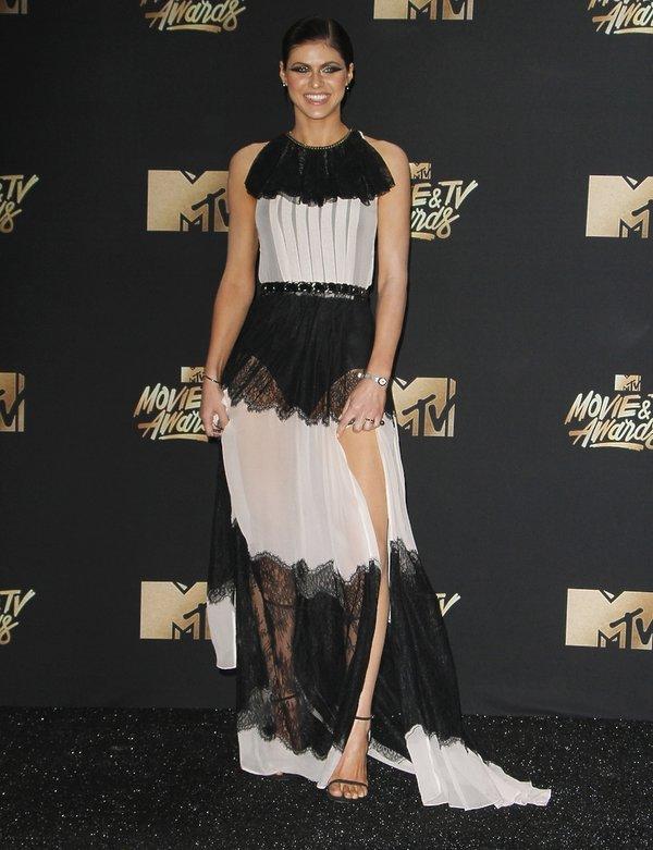 Alexandra Daddario w sukni od Stuarta Weitzman