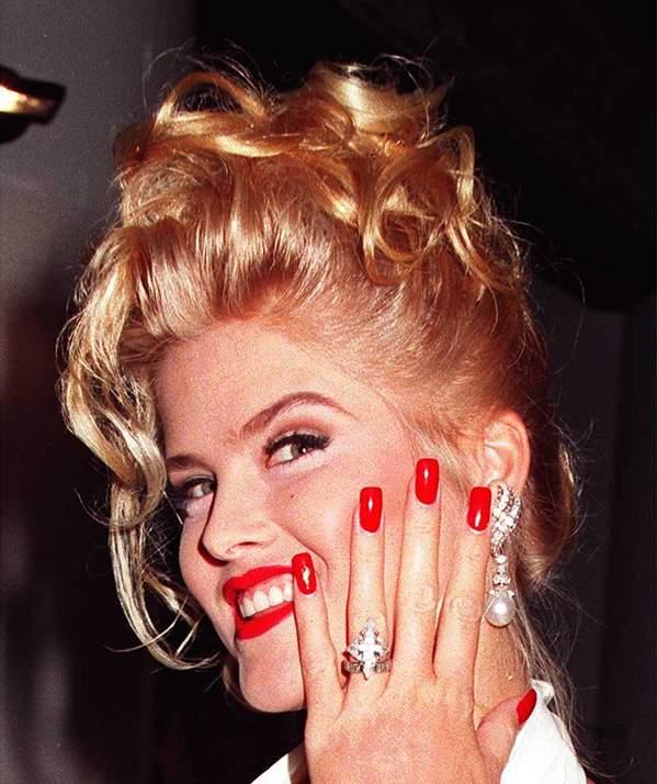 Anna Nicole Smith prezentuje pierścionek zaręczynowy