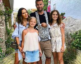 Zdjęcie Artura i Sary Boruców z dziećmi skrywa smutną rodzinną tajemnicę...