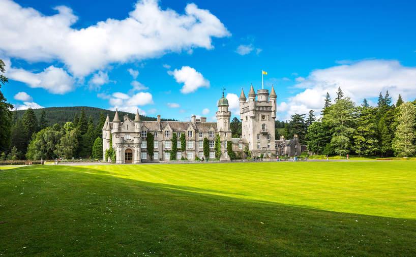 Balmoral - tu spędza wakacje Elżbieta II. Jak wygląda posiadłość?