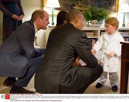 Barack Obama i mały książę George w szlafroku