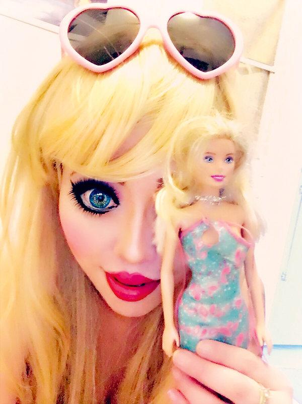 Barbie, dlaczego kobiety chcą wyglądać jak lalka Barbie?