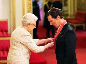 Benedict Cumberbatch odbiera od królowej Elżbiety II Order Imperium Brytyjskiego