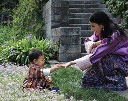 Bhutan, rodzina królewska Bhutanu, królowa Bhutanu z synem