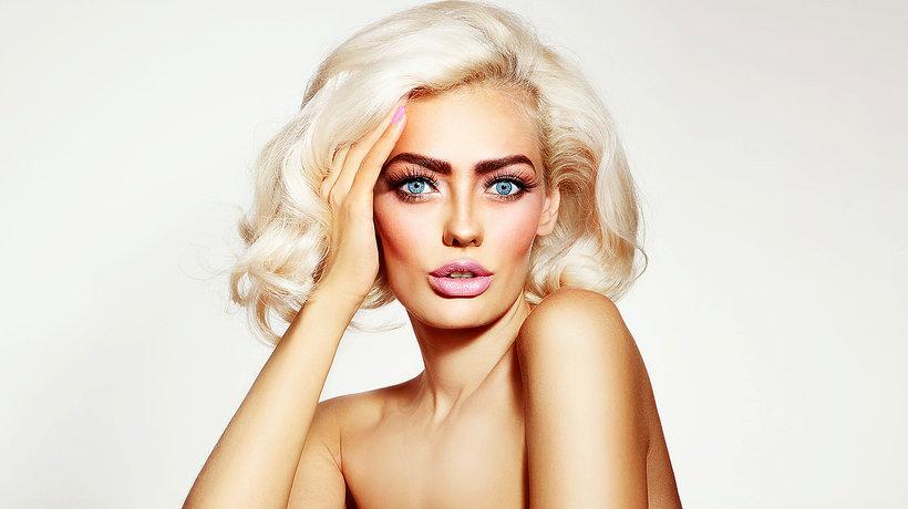Blondynka z różowymi ustami