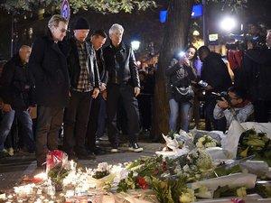 Bono, The Edge, Larry Mullen Jr i Adam Clayton pod halą koncertową Bataclan w Paryżu