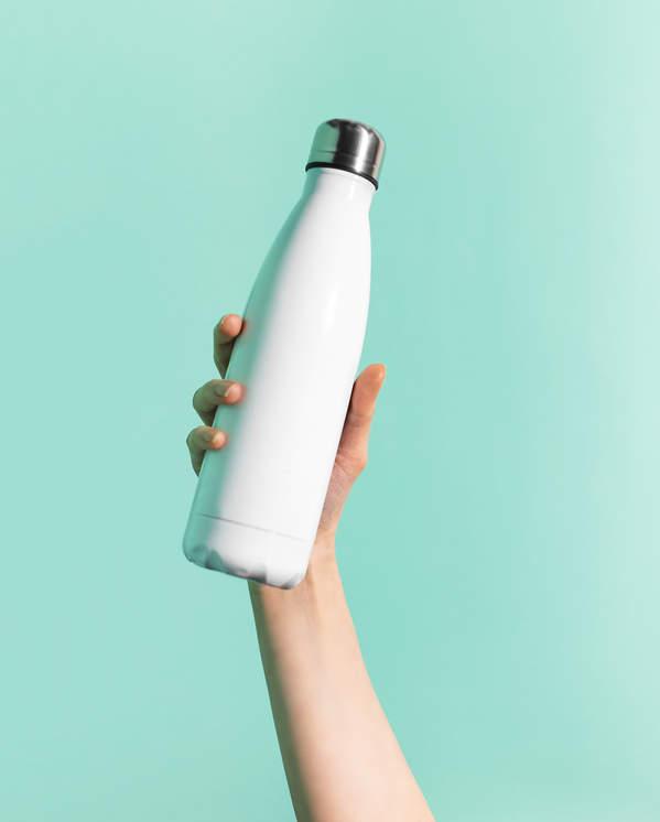 butelka-z-woda-trzymam-w-dloni