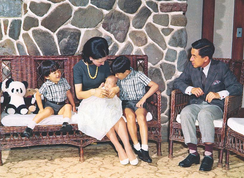 Cesarz Akihito z cesarzową Michiko i dziećmi
