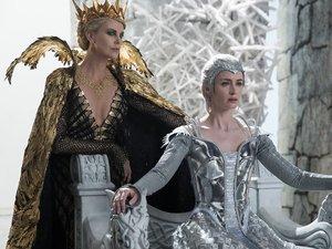 Charlize Theron i Emily Blunt w filmie Łowca i Królowa Lodu
