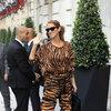 Céline Dion w total looku ze wzorem w zeberkę.