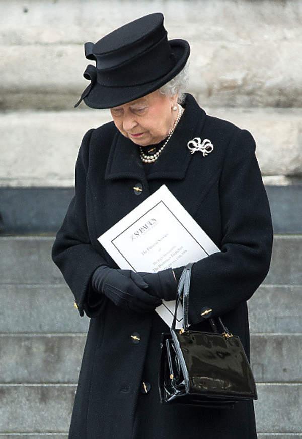 co ubierze krolowa na pogrzeb ksiecia filipa
