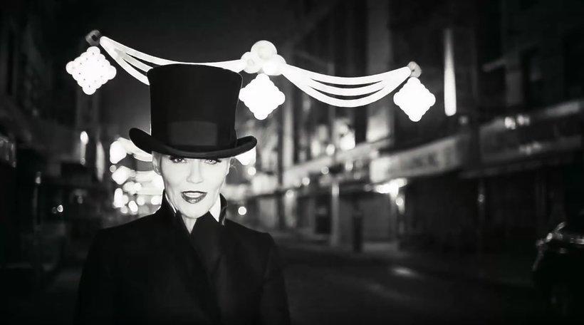 Daphne Guinness w teledysku The Long Now