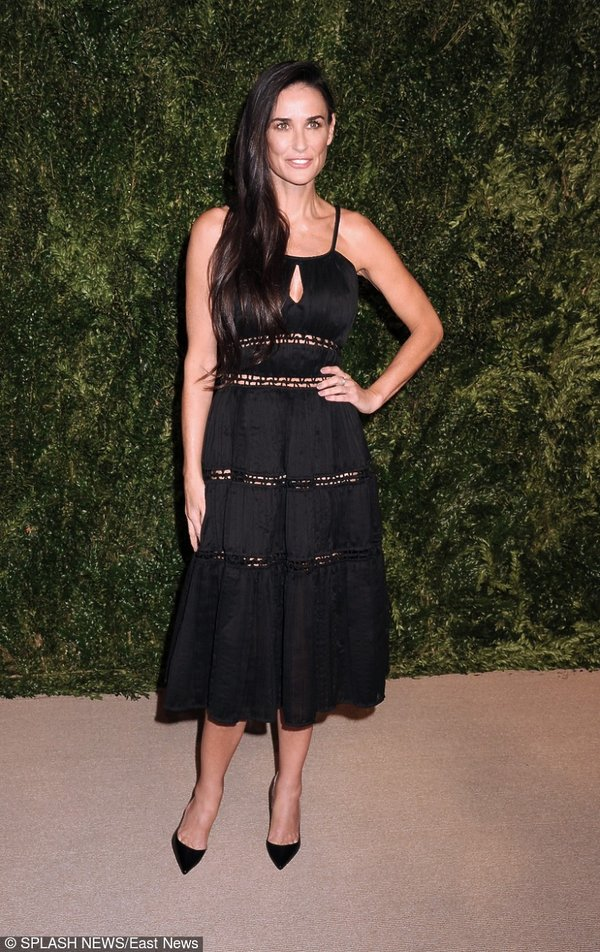 Demi Moore w czarnej sukience