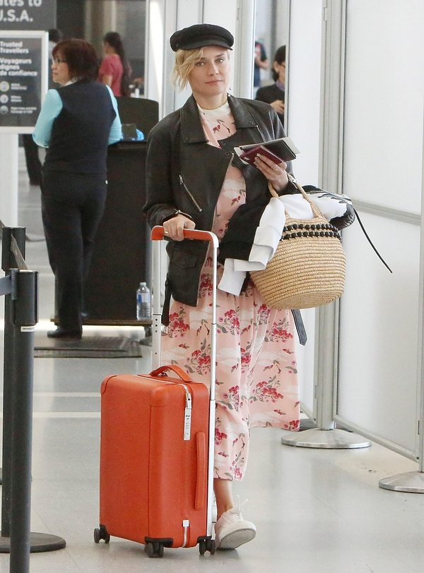 Diane Kruger z walizką na lotnisku