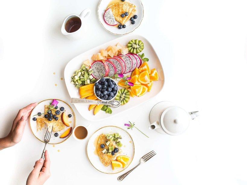 Naleśniki z owocami na białym stole