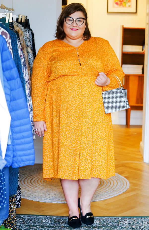 dominika-gwit-zaskakuje-jesienna-stylizacja-gwiazda-pokazala-sie-w-musztardowej-sukience-podkreslajacej-sylwetke
