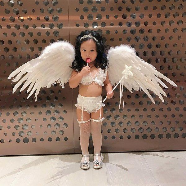 Dwulatka ubrana jak aniołek Victoria's Secret