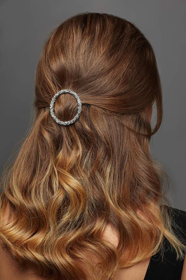 ekspresowe fryzury na wiosnę upięcie ze spinką