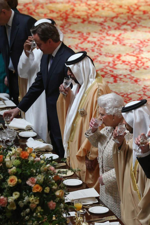 Elżbieta II boi się zatrucia? Specjalne zasady na przyjęciach