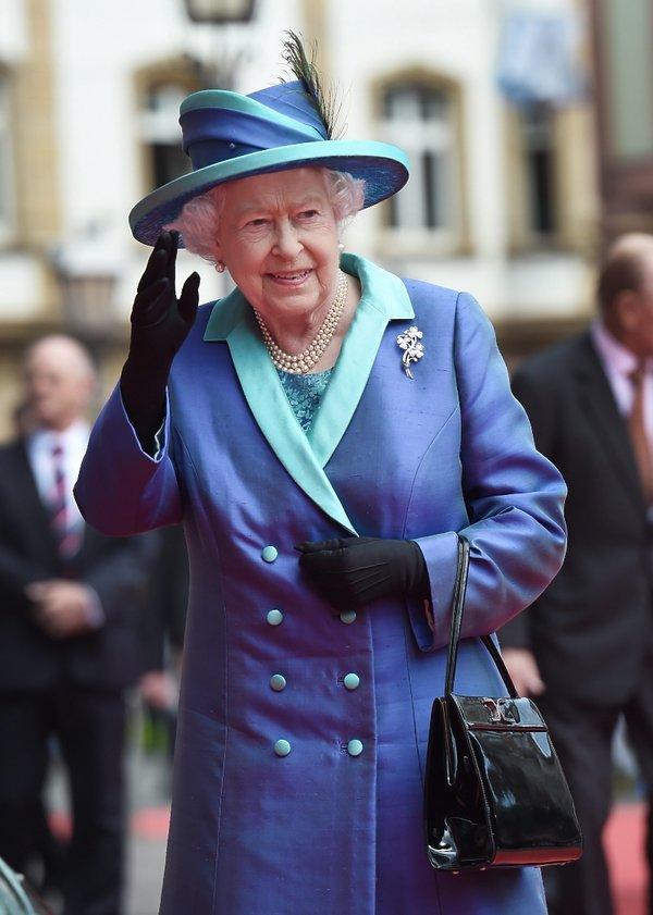 Elżbieta II w kapeluszu i kostiumie
