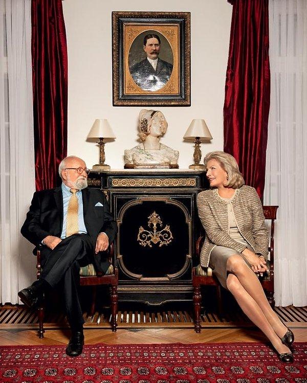 Państwo Elżbieta i Krzysztof Pendereccy wsalonie, pod portretem wuja Zubrzyckiego, krewnego pani domu.