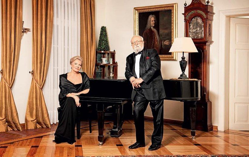 Państwo Elżbieta iKrzysztof Pendereccy wsalonie XVIII-wiecznego lusławickiego dworku. Za jego renowację dostali nagrodę ministra kultury.