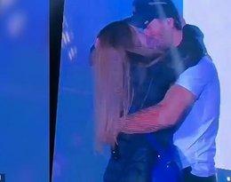 Enrique Iglesias całuje się z fanką na koncercie w Kijowie