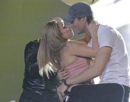 Enrique Iglesias całuje się z fanką w trakcie koncertu. Co na to Anna Kurnikova?