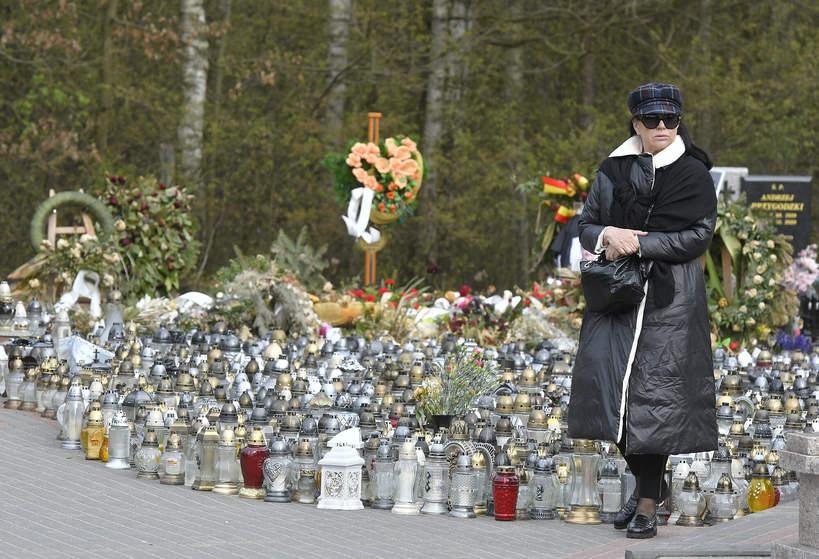 Ewa Krawczyk na cmentarzu, miesiąc po śmierci męża